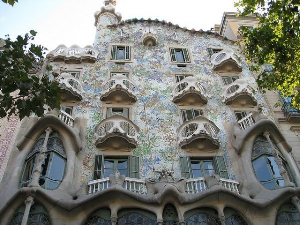 10 must see gaud buildings in barcelona - Art nouveau architecture de barcelone revisitee ...