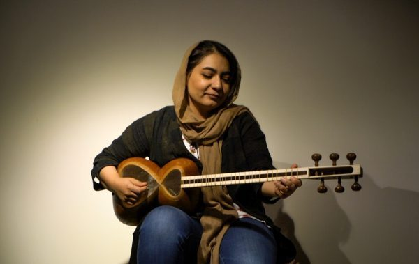 Signer playing the Tar in Isfahan, Iran